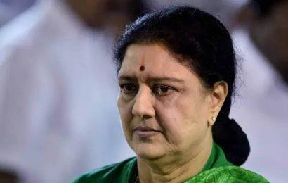 Sasikala says she will stay away from politics; to pray for Jayalalithaa's 'gold rule'
