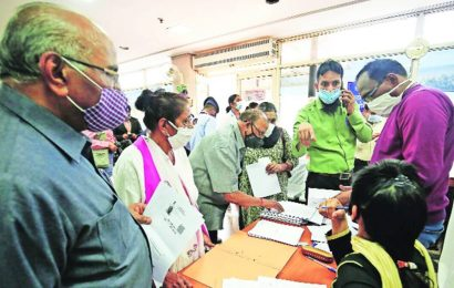 Amid some app hiccups, many opt for walk-in