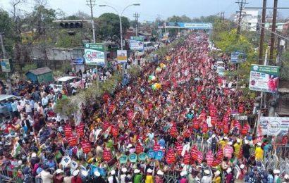 Mamata Banerjee holds 'padayatra' in Siliguri to protest LPG price hike