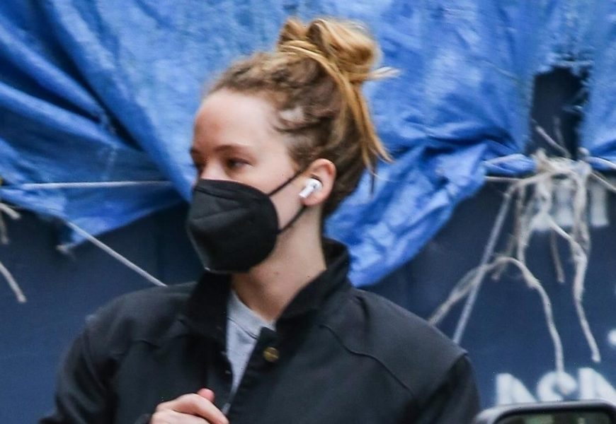 Jennifer Lawrence Goes Makeup-Free While Running Errands in NYC