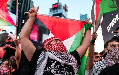 Clash breaks out between Israel and Palestine supporters in New York City