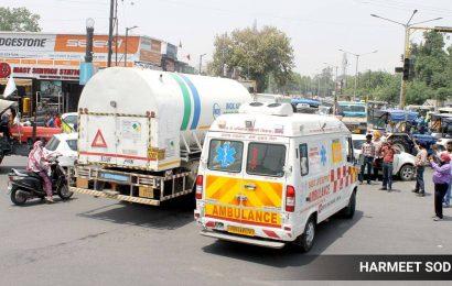 UP ambulance driver gives patients oxygen, gets booked for 'false remarks' on govt