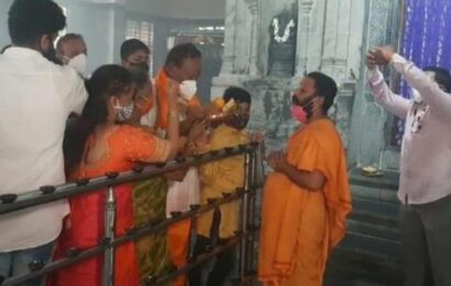 KSE visits temple with family members