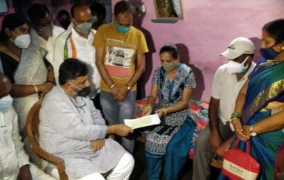 Karnataka: Congress provides Rs 1 lakh each to kin of Chamarajanagar tragedy victims