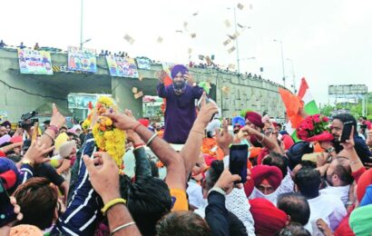 Amid elusive truce, Navjot Singh Sidhu's show of strength at Golden Temple today