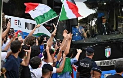 Champions Italy gets rousing welcome in Rome