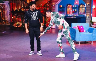 Akshay Kumar says he was looking for Kapil Sharma's brain as photo of him touching comedian's feet goes viral